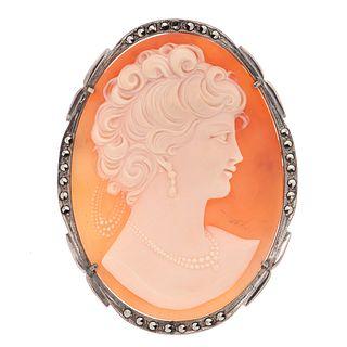 Pendiente prendedor con camafeo en plata .800 y marquesitas. Imagen de dama. Peso: 15.5 g.