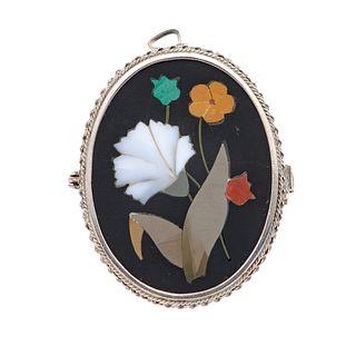 Pendiente prendedor con gemas semipreciosas en plata .925. Diseño de flores y hojas. Peso: 9.6 g.