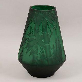 Florero. Siglo XX. Estilo Art Déco. Elaborado en cristal tipo camafeo color verde. Decorado con bambués.