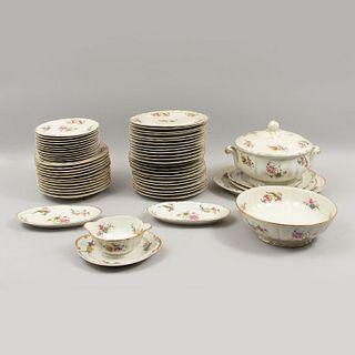 Servicio abierto de vajilla. Francia. Siglo XX. En porcelana Limoges. Marca Bernardaud & Co. Piezas: 57.