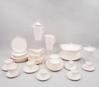 Servicio abierto de vajilla. México. SXX. En porcelana y cerámica Nueva San Isidro. Consta de: sopera, tetera, jarra, otros. Piezas: 75