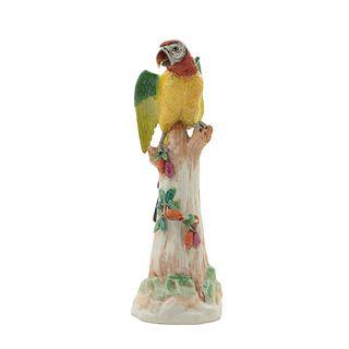 Guacamaya. Alemania. Ca. 1870. Elaborado en porcelana policromada SP Sajonichen. Acabado brillante. 59 x 19 x 28 cm