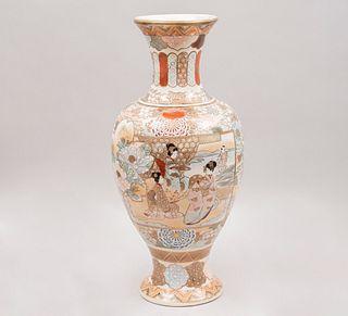 Jarrón. Origen oriental. Siglo XX. Estilo Satsuma. Elaborado en cerámica policromada. Acabado craquelado. 45 x 23 cm Ø