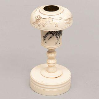 Candelero. China, siglo XX. Talla en marfil y hueso con detalles en tinta negra y cuenco con recubrimento de latón.