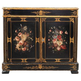 CÓMODA FINALES DEL SIGLO XIX  Con cubierta de mármol y madera laqueada y policromada con decoración floral y detalles en dorado.