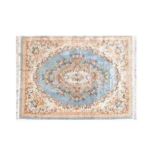 Tapete. Siglo XX. Estilo Aubusson. Elaborado en fibras de lana y algodón. Decorado con medallón central en colores azul.
