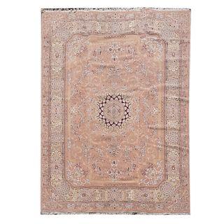 Tapete. Siglo XX. Estilo mashad. Elaborado en fibras de lana y algodón. Decorado con medallón central, elementos florales.