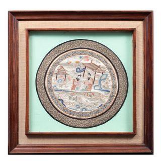 Escena oriental SXX. Diseño circular. Bordado en seda. Decorado con elementos vegetales, florales, orgánicos y geométricos Enmarcado