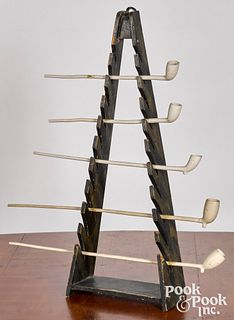 Painted pine pipe rack, together with five pipes