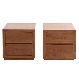 Par de mesas de noche. Siglo XX. Elaboradas en madera. Cubiertas rectangulares, 2 cajones. Decorados con elementos geométricos.