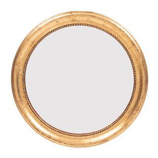 Espejo. Siglo XX. Diseño de tondo. Elaborado en madera dorada. Con luna circular. Decorado con elementos boleados. 40 cm diámetro
