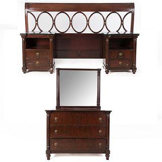 Recámara. Siglo XX. Elaborada en madera barnizada. Consta de: Cómoda con espejo, cabecera y 2 mesas de noche. Piezas: 5.
