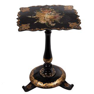 Mesa tilt-top. Siglo XX. En madera laqueada color negro. Con cubierta irregular. Decorada con bouquet pintado a mano. 57 x 41.5 x 35 cm