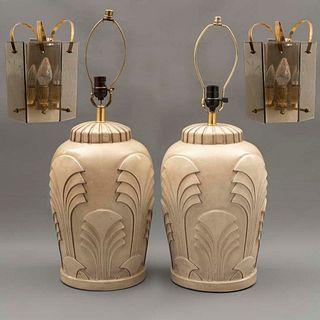 Lote de 4 piezas. Siglo XX. Consta de: Par de arbotantes. Elaboradas en metal dorado. Para 3 luces y Par de lámparas de mesa.