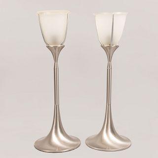 Par de lámparas de mesa. Siglo XXI. Fustes de acero inoxidable. Pantallas de vidrio esmerilado. Para una luz c/u.