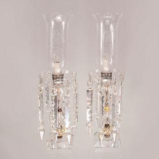 Par de lámparas de mesa. Francia, siglo XX. Elaboradas en cristal de BACCARAT con aplicaciones de metal plateado.