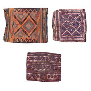 Lote de 3 tapetes para pie de cama. Siglo XX. Estilo Kilim. Anudados a mano en fibras de lana y algodón.