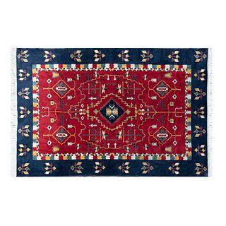 Tapete. Siglo XX. Estilo turcomano. Elaborado a en fibras sintéticas. Decorado con elementos geométricos y florales. 180 x 100 cm
