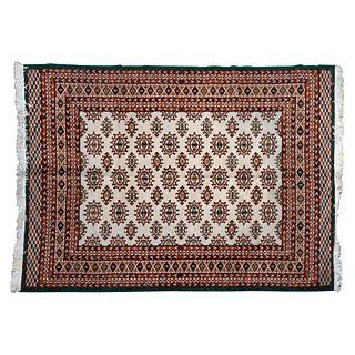 Tapete. Siglo XX. Elaborado en fibras sintéticas. Decorado con motivos florales, orgánicos y geométricos.