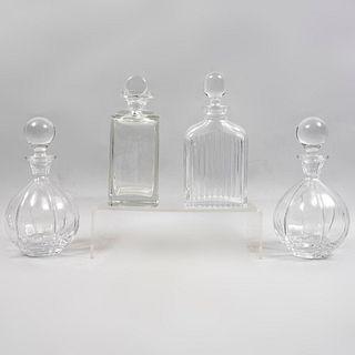 Lote de 4 licoreras.  Siglo XX. Diferentes diseños.  Elaboradas en cristal. Decoradas con elementos geométricos y facetados.