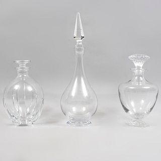 Lote de 3 licoreras. Francia, siglo XX. Diferentes diseños. Elaboradas en cristal de BACCARAT.