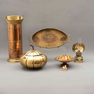 Lote de 17 piezas. Siglo XX. Elaboradas en metal dorado y latón. Consta de: paragüero, portarefractarios, arbotante, otros.