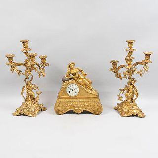 Guarnición. Francia, Ca. SXIX. Estilo Neoclásico. De la marca Samuel Marti Et Cie Medaille d 'Argent 1889. Fundiciones en bronce.Pz:3