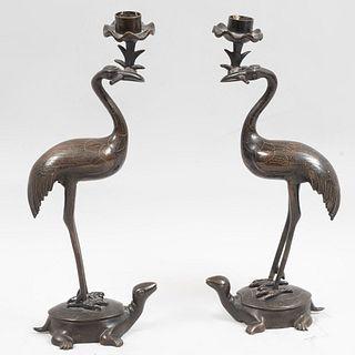 Par de candeleros. Siglo XX. Elaborados en bronce. Decorados con garzas sobre tortugas. 28 cm de altura.
