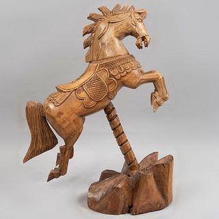 Figura ecuestre. Siglo XX. Elaborada en madera tallada y entintada. 52 x 46 x 20 cm