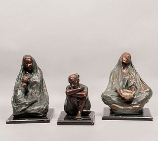 WILLIAM HERLUM (Siglo XX). Lote de 3 esculturas. Maternidad, mujer con cántaro y mujer sentada. Elaboradas en pasta moldeada.