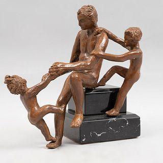 ANÓNIMO. Siglo XX. Figura paterna con hijos jugando. Escultura en bronce con base de mármol negro.