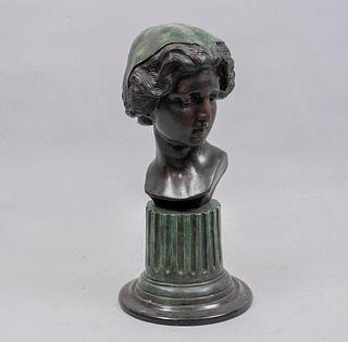 G. PÉREZ. Busto femenino. Firmada. Fundición en bronce patinado con base de mármol negro.