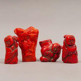 Lote de 4 deidades. China, siglo XX. Tallas en coral rojo. 7 cm de altura (mayor)
