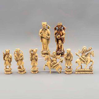 Lote de 8 figuras decorativas. Origen oriental. Siglo XX. Elaboradas en resina moldeada.