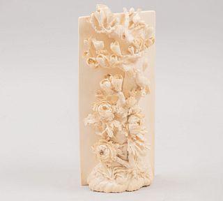 Panel con árbol de la vida. China, siglo XX. Talla en marfil con motivos calados. 27 cm de altura