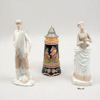 Lote de 3 piezas. España y Alemania. SXX. En cerámica y porcelana Nao y Rosal. Consta de: tarro cervecero y 2 figuras decorativas.