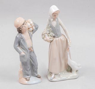 Niña recolectora y niño. España, siglo XX. Elaborado en porcelana NAO acabado brillante. Piezas: 2