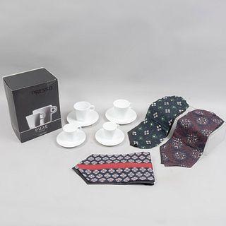 Lote mixto. China, siglo XXI. Elaborados en cerámica y seda. Consta de: set de 4 ternos Nespresso Pure y 3 gaznes para caballero.