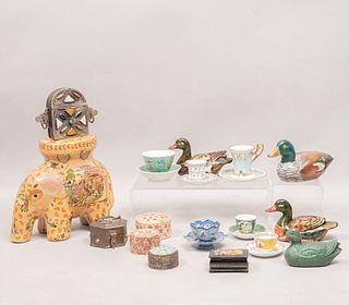 Lote de 23 piezas. Diferentes orígenes y marcas. Siglo XX. Elaborados en porcelana, madera, latón y cerámica.