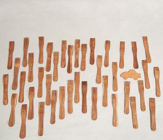 Lote de 40 tenedores de servicio. Siglo XX. En talla de madera torneada y pulida. Del restaurante Winston Churchill.