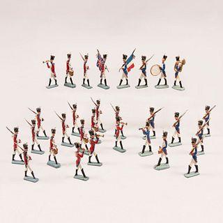 Lote de soldados napoleónicos VS dragones ingleses. Siglo XX. Fundiciones en plomo con policromía al frío. Piezas: 29.