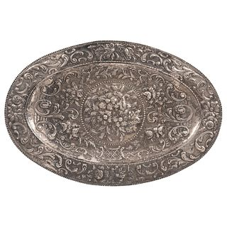 """TRAY EARLY 20TH CENTURY Sterling Silver Embossed and plant decoration Oval design 21.6 x 32"""" (55 x 81.5 cm) Weight: 1491 g"""