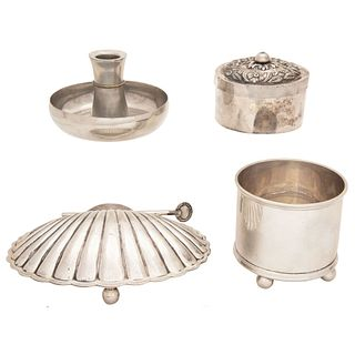 MIXED LOT MEXICO, EARLY 20TH CENTURY Silver and silver metal Consists of ashtray, container with lid and silver center 704 g