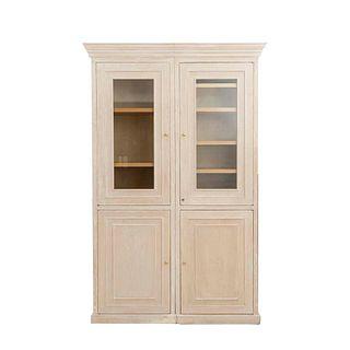 Vitrina. Siglo XX. Elaborada en madera. A dos cuerpos. Con 4 puertas abatibles, 2 de vidrio, con tiradores tipo perilla.