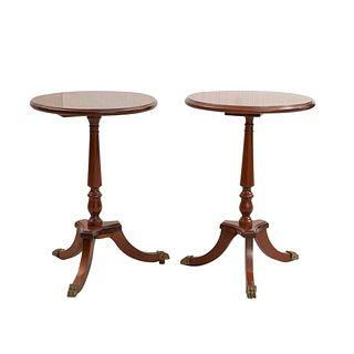 Par de mesas auxiliares. Siglo XX. En talla de madera. Con cubiertas circulares, fustes compuestos y soportes trípodes.
