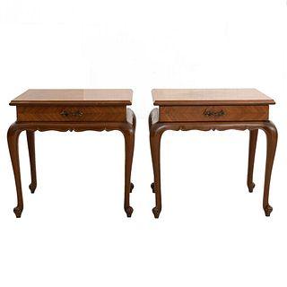 Par de mesas auxiliares. Siglo XX. En talla de madera. Con cubiertas rectangulares, cajón con tirador de metal dorado.