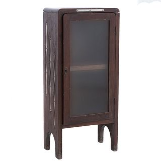 Vitrina. México. Ca. 1930. Elaborada en madera. Con puerta abatible de cristal, espacio para entrepaños.