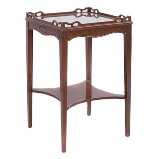 Mesa. Siglo XX. Elaborada en madera. Con cubierta cuadrangular, chambrana a manera de entrepaño, fustes y soportes lisos.