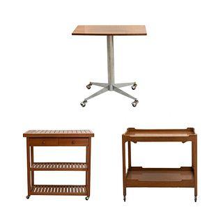 Lote de carrito de servicio y 2 mesas. Siglo XX. Diferentes diseños. Elaborados en madera. Decorados con elementos geométricos.