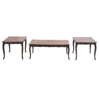 Juego de 3 mesas auxiliares. Siglo XX. Elaboradas en madera y aglomerado. Consta de: Mesa de centro y par de mesas laterales.